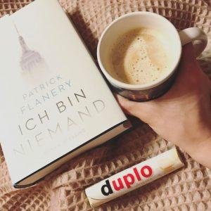 Ganz in wei Spte Kaffeepause mit gutem Buch und gutemhellip